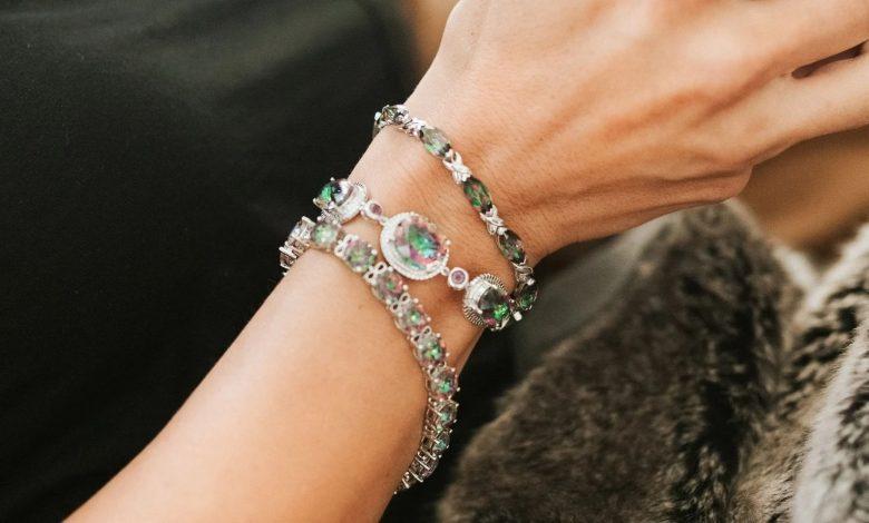 چگونه یک دستبند نقره زیبا برای هدیه به خانمها انتخاب کنیم؟