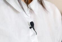 تصویر میکروفون یقه ای: معرفی بهترین میکروفونهای پرتابل با خرید اینترنتی